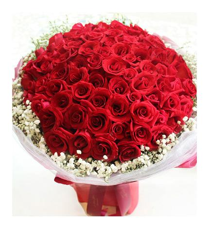平安夜推荐送花款式一:love 99   材 料:99枝精品红玫瑰花束,满天星围绕.