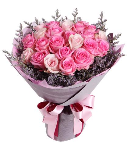 苏醒玫瑰属于粉玫瑰中的水粉系,桃色从花心和花瓣底部晕染出来,像是少女白净面庞上醉人的红晕。苏醒玫瑰的花语是初恋、情窦初开。 粉佳人玫瑰属于粉玫瑰中的浅粉色系,花型漂亮,层次感强,由国外引进。粉佳人玫瑰比戴安娜玫瑰的粉色还浅,是粉玫瑰中颜色最淡的一种。粉佳人的花语是:认识你,是我今生的最大的幸运,让我们同悲欢,共喜乐,让此花见证,我们永不分离 苏醒玫瑰与粉佳人玫瑰搭配,深红映浅红,很有层次感,整体色调清新,充满初恋的清纯和少女气质。或者搭配多头百合,适当绿叶,都是格调清雅的搭配。 鲜花推荐: