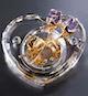 水晶玫瑰音乐盒内置18音精品机芯,机芯纯铜镀金制作,音质和质量都属上乘。采用通透性好的水晶材料制做,上面嵌有两朵情人玫瑰,玫瑰的花朵有紫色和粉色供选择,这是一份十分别致的情人礼物。