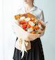 白玫瑰9枝,橙色多头玫6枝,尤加利叶适量